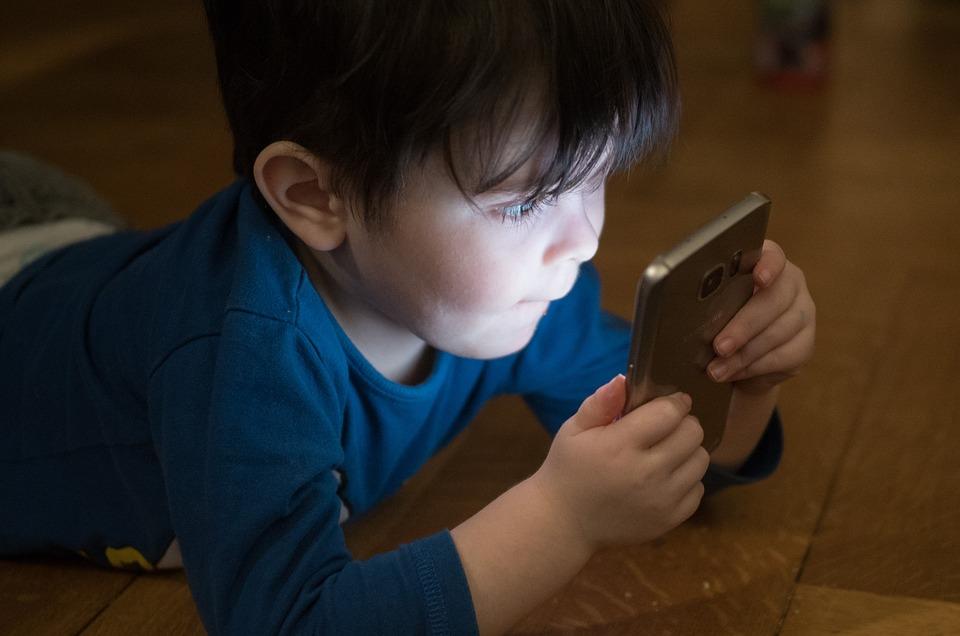 Cómo limitar el uso del móvil a los niños